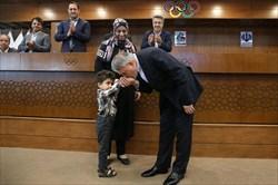 بوسه رئیس بر دست شادمانی کوچک