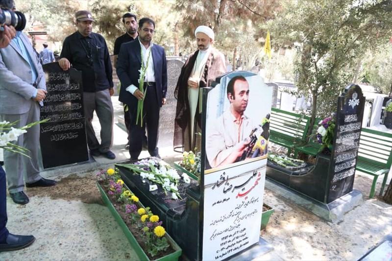 تجلیل رییس کمیسیون فرهنگی کمیته ملی المپیک از شهدای خبرنگار در بهشت زهرا