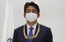 باخ نشان طلای المپیک را به نخست وزیر سابق ژاپن اهدا کرد