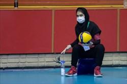 دختران توپ جمع کن در مسابقات لیگ برتر والیبال، هر بار با الکل توپ مسابقات را  ضدعفونی می کنند/ عکاس: پرتو جغتایی