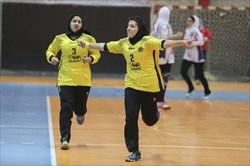 جدال مدعیان قهرمانی لیگ برتر هندبال زنان، با برتری تیم سپاهان اصفهان به پایان رسید/ نام عکاس: پرتو جغتایی