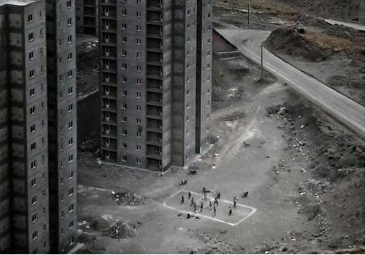 کارگرانی فارغ از هیاهوی کرونا در حال بازی والیبال